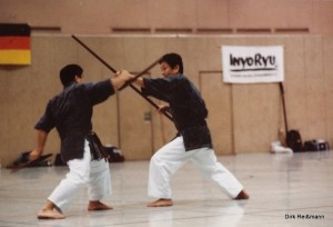 Sensei Hiura und Sensei Oshiro mit Bo und Tonfa